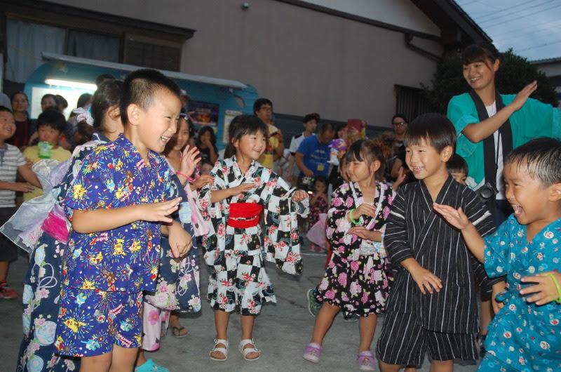 太鼓の音に合わせて大勢の子どもたちが踊りました!